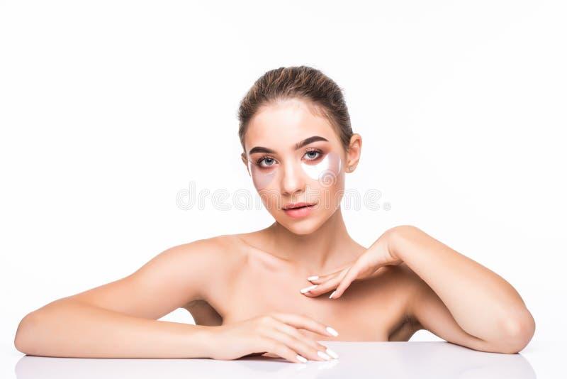 Retrato da mulher da beleza com composição natural e de remendos ácidos hialurónicos do hydrogel na pele fresca Cara fêmea com má imagem de stock