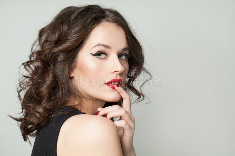 Retrato da mulher da beleza Menina moreno bonita com composição e o retrato encaracolado do corte de cabelo fotografia de stock