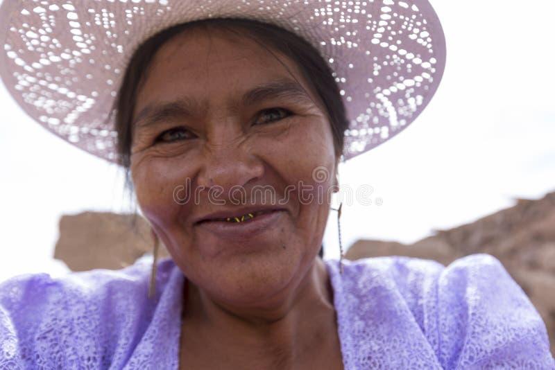 Retrato da mulher boliviana que sorri no Altiplano, Bolívia fotos de stock royalty free