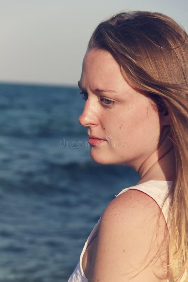 Retrato da mulher bonita ao lado do oceano imagem de stock royalty free
