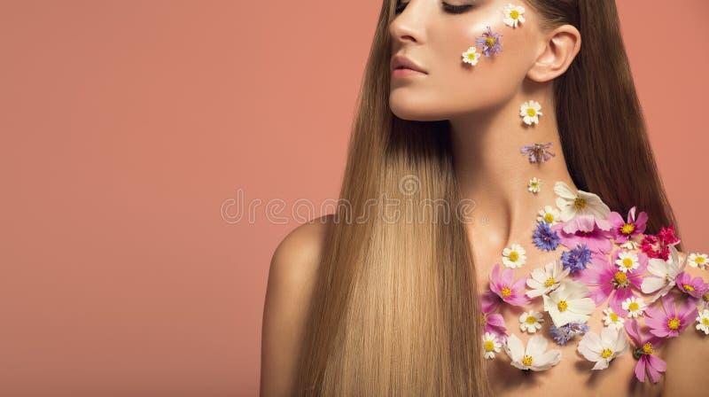 Retrato da mulher bonita As flores compõem fotografia de stock royalty free