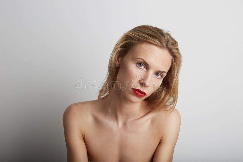 Retrato da mulher bonita com bordos vermelhos e cabelo louro imagem de stock royalty free