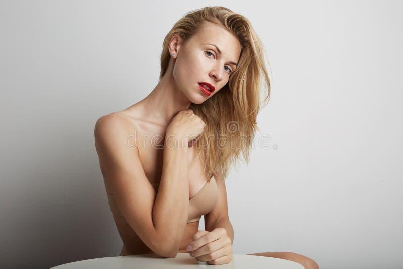 Retrato da mulher bonita com bordos vermelhos e cabelo louro foto de stock