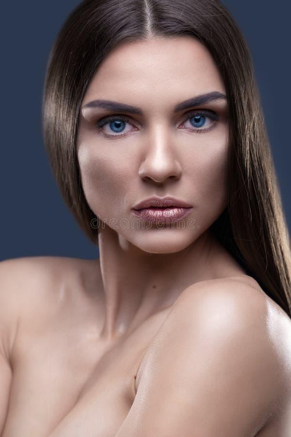 Retrato da mulher bonita com cabelo cintilando foto de stock royalty free