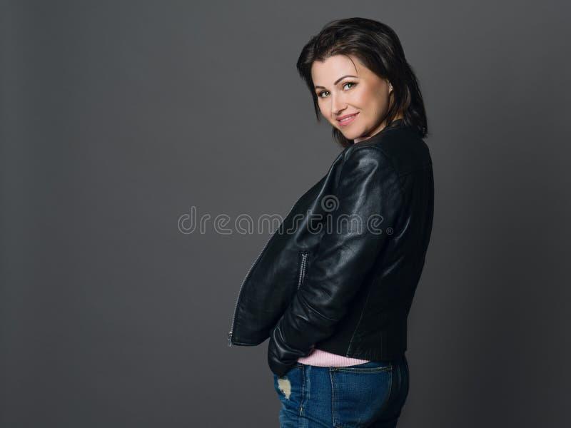 Retrato da mulher bonita com cabelo escuro e os olhos verdes vestido foto de stock royalty free