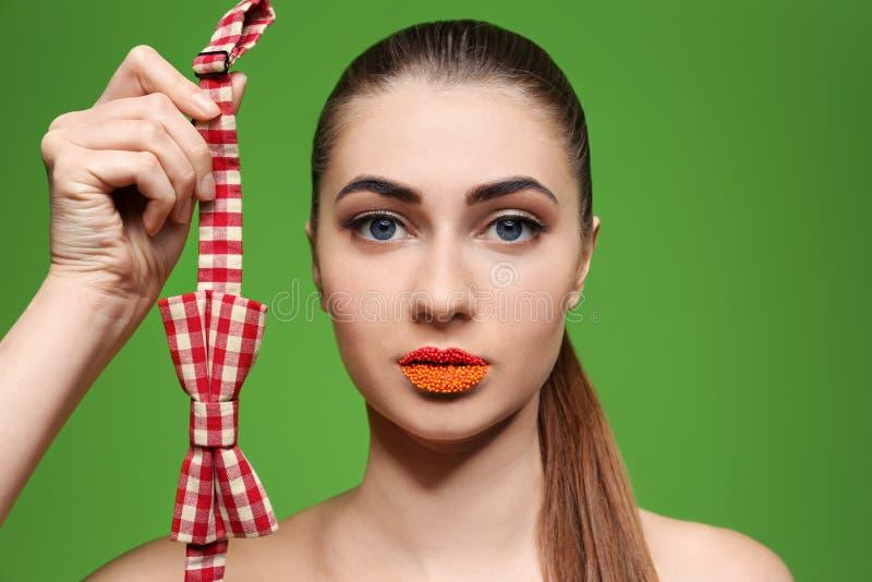 Retrato da mulher bonita com composição e laço criativos foto de stock