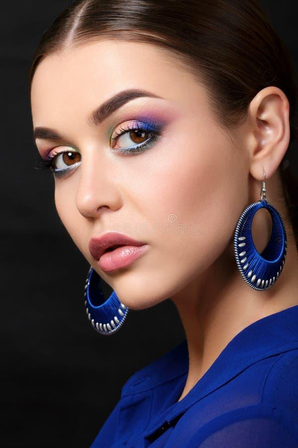 Retrato da mulher bonita com composição da forma foto de stock