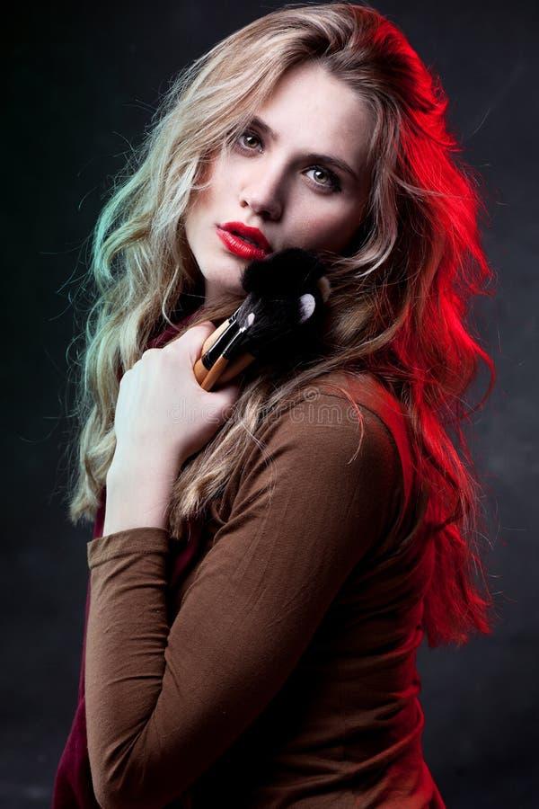 Retrato da mulher bonita com escovas da composição fotografia de stock