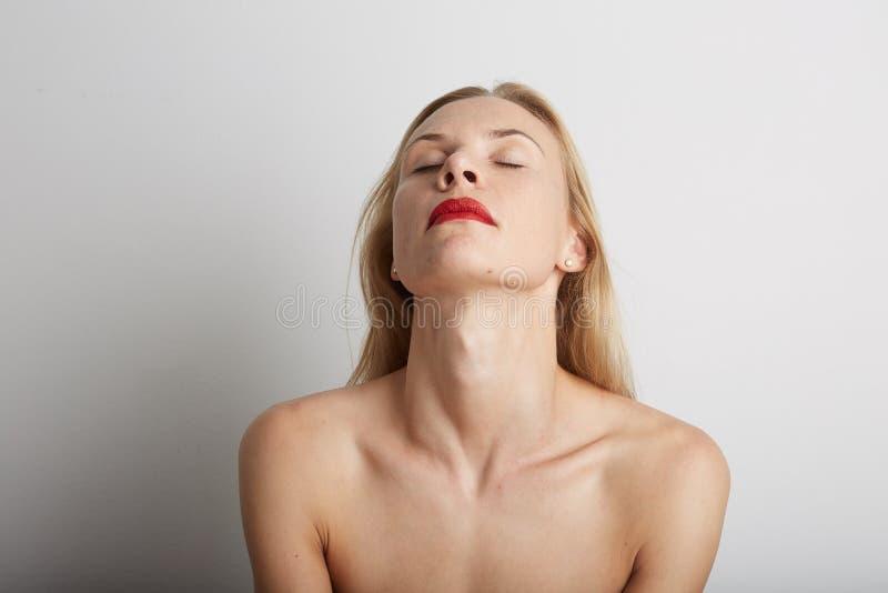 Retrato da mulher bonita com olhos fechados e os bordos vermelhos imagem de stock