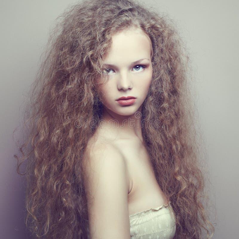 Retrato da mulher bonita com penteado elegante foto de stock royalty free