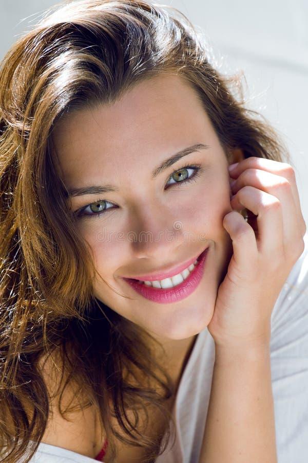 Retrato da mulher bonita com sorriso em casa