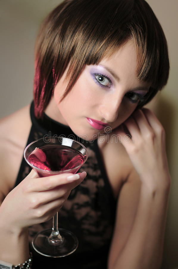 Retrato da mulher bonita com um vidro da bebida imagens de stock royalty free