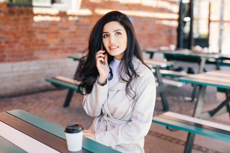 Retrato da mulher bonita com wh vestindo da aparência atraente imagem de stock