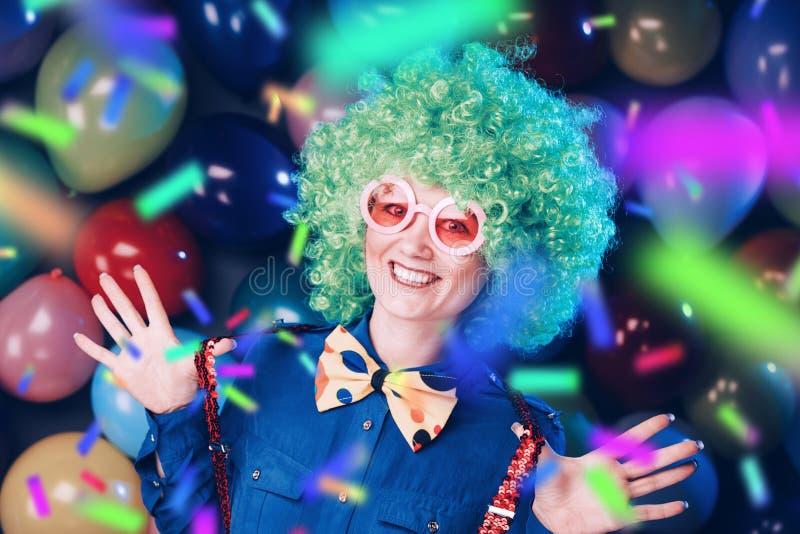 Retrato da mulher bonita do partido na peruca e nos vidros Carneval foto de stock