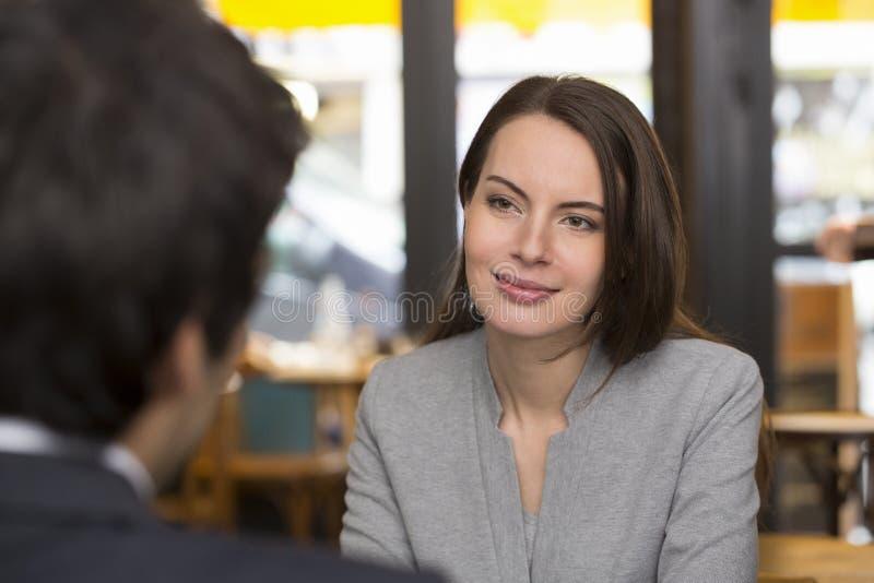 Retrato da mulher bonita durante um almoço com um homem no restaur foto de stock royalty free