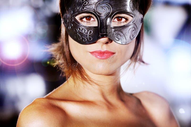 Retrato da mulher bonita e misteriosa com máscara do carnaval fotografia de stock