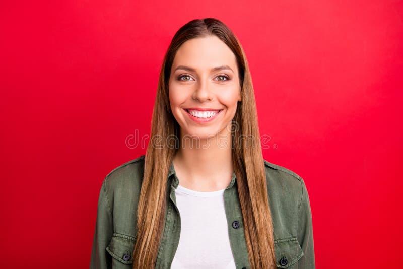 Retrato da mulher bonita encantador agradável toothy isolada com fundo vermelho imagem de stock
