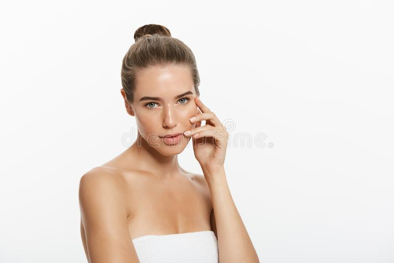 Retrato da mulher bonita, isolado no fundo branco fotografia de stock