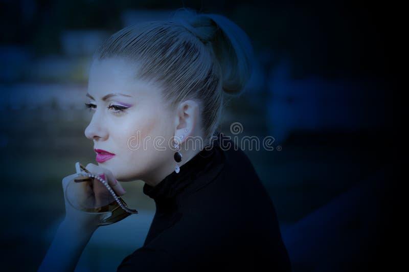 Retrato da mulher bonita na estação de trem a arte p imagens de stock