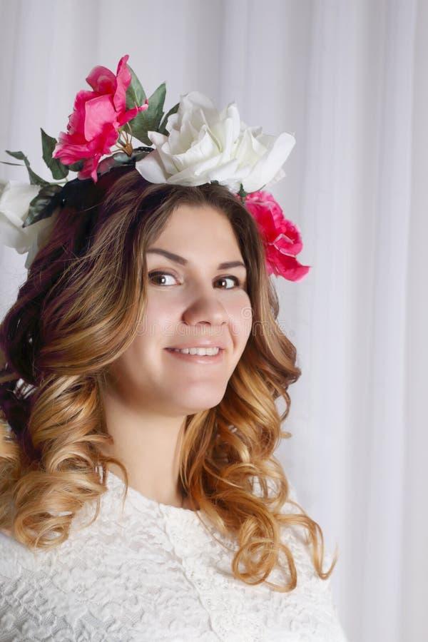 Retrato da mulher bonita na grinalda da flor imagens de stock