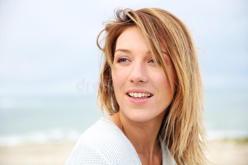 Retrato da mulher bonita na praia imagem de stock