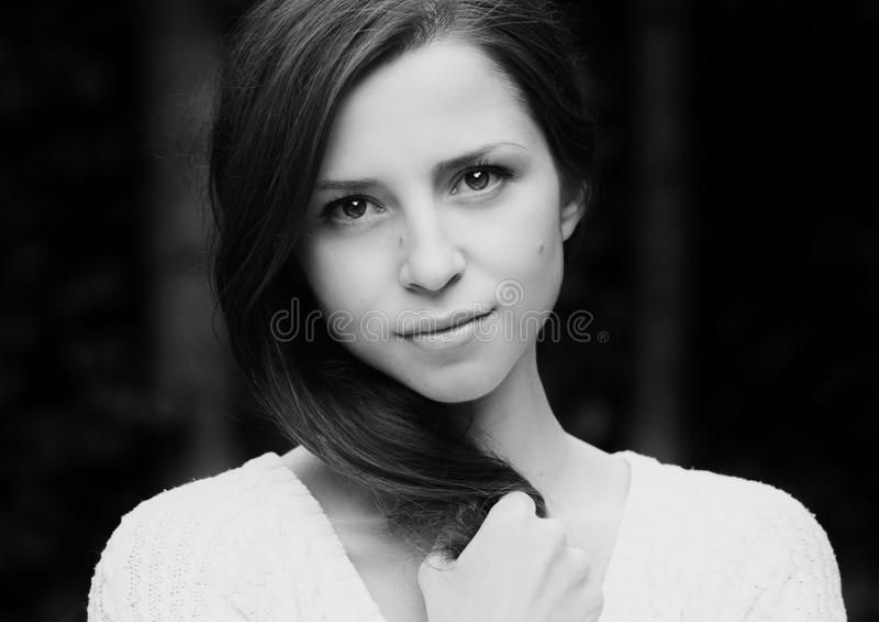 Retrato da mulher bonita no branco preto fotos de stock