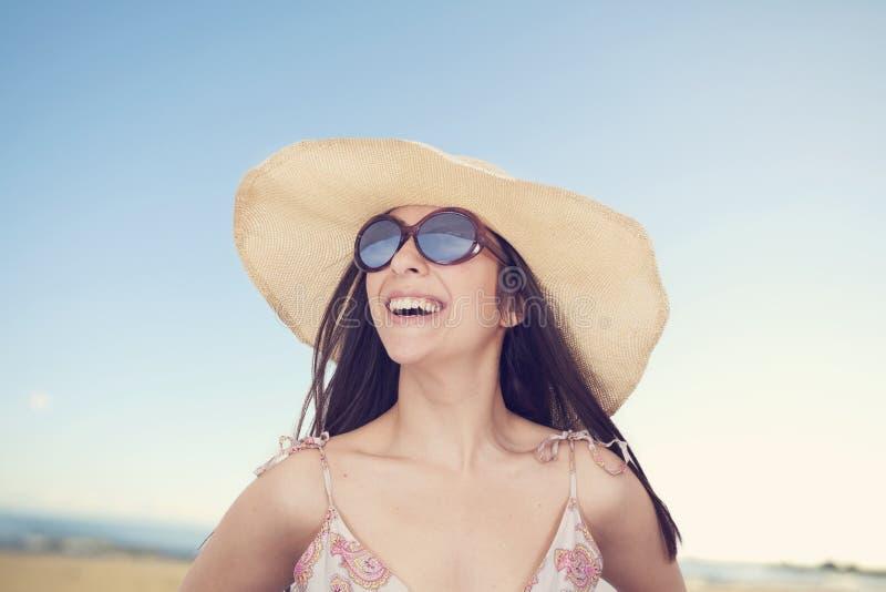 Retrato da mulher bonita no chapéu em férias de verão fotos de stock