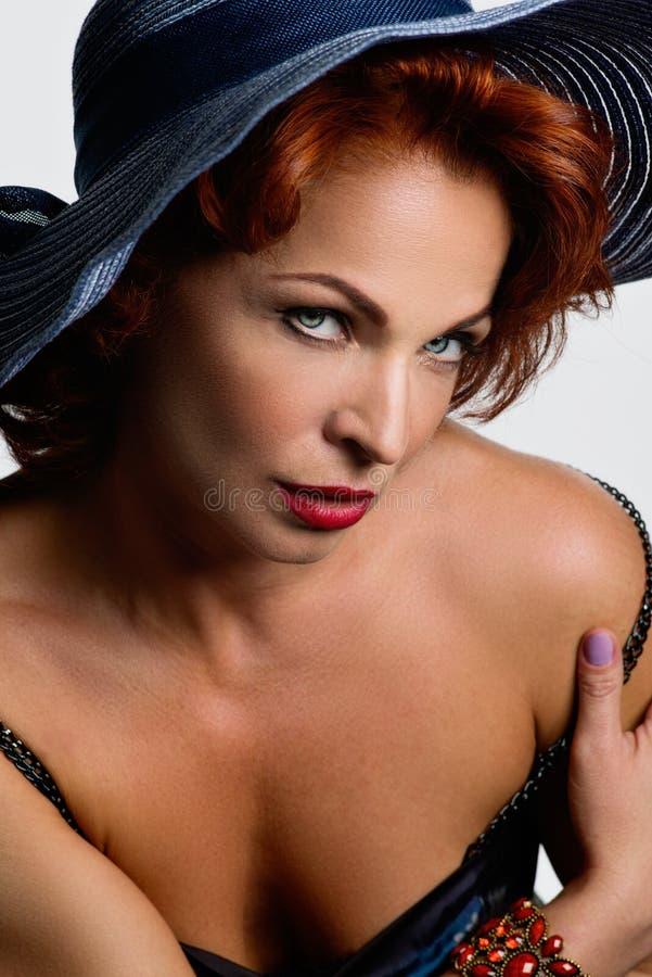 Retrato da mulher bonita no chapéu no fundo claro Cabelo vermelho imagens de stock royalty free