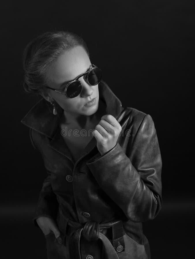 Retrato da mulher bonita no couro fotografia de stock