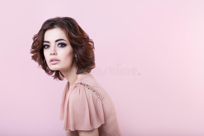 Retrato da mulher bonita no estúdio imagens de stock