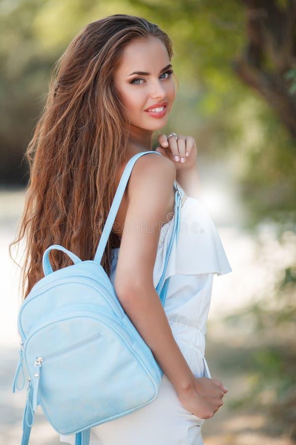 Retrato da mulher bonita no parque do verão fotografia de stock royalty free