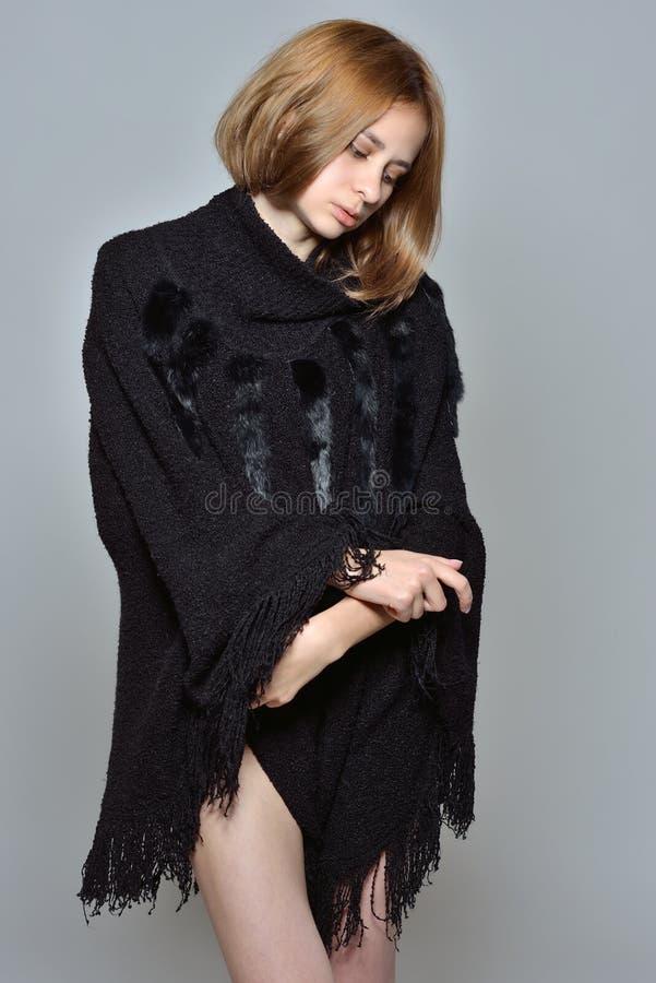 Retrato da mulher bonita no revestimento preto imagem de stock