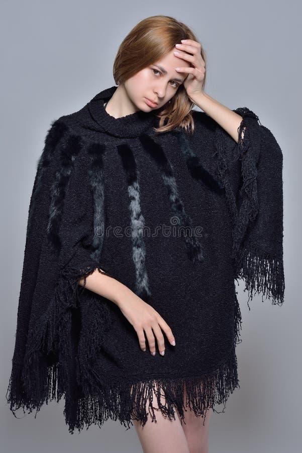 Retrato da mulher bonita no revestimento preto imagens de stock