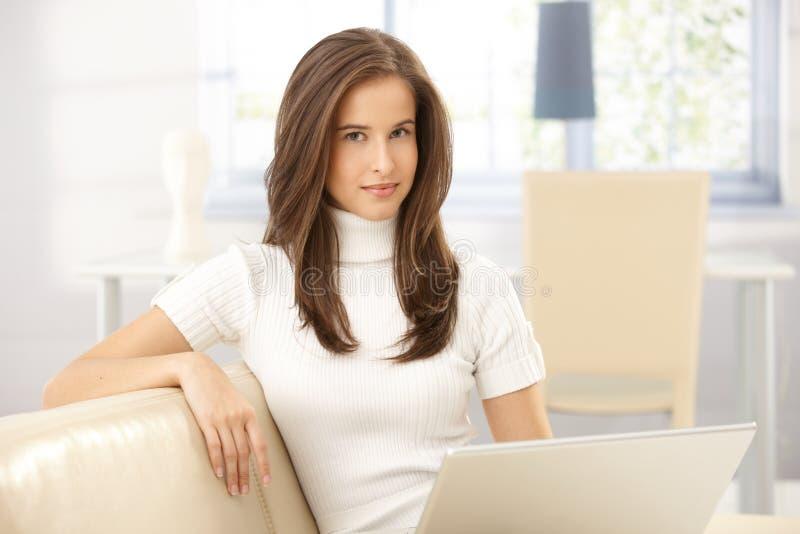 Retrato da mulher bonita no sofá imagens de stock royalty free