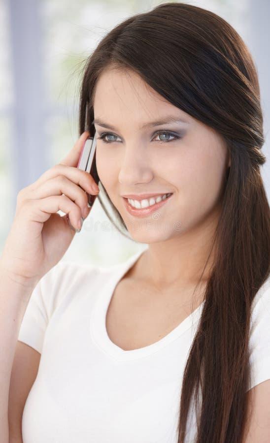 Retrato da mulher bonita no sorriso móvel imagens de stock royalty free