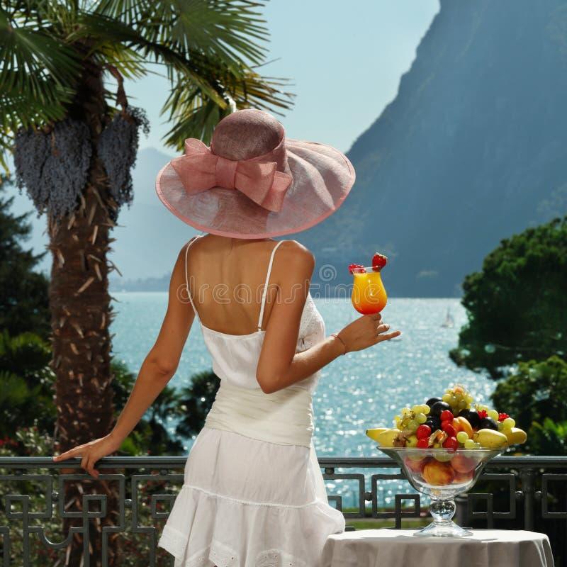Retrato da mulher bonita no terraço imagens de stock royalty free