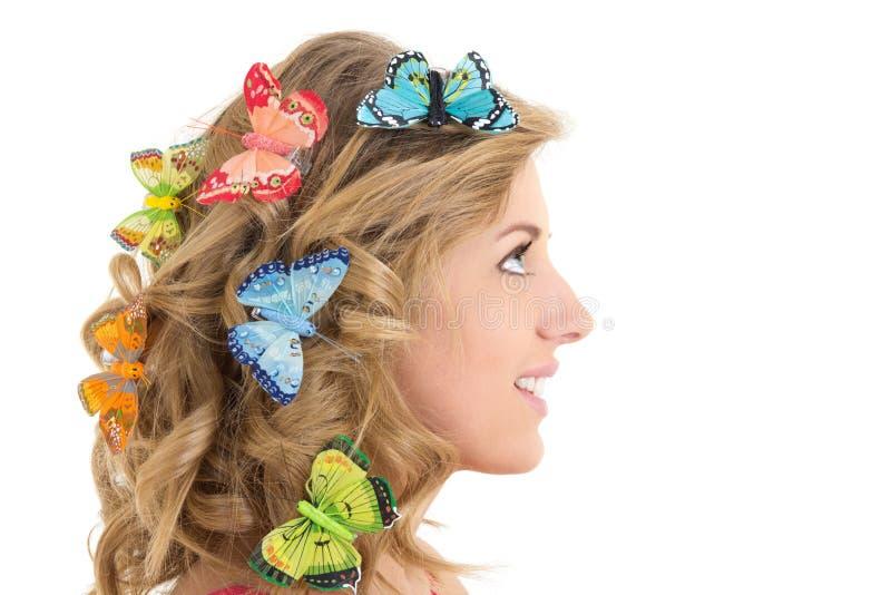 Retrato da mulher bonita nova com as borboletas em seu cabelo fotografia de stock