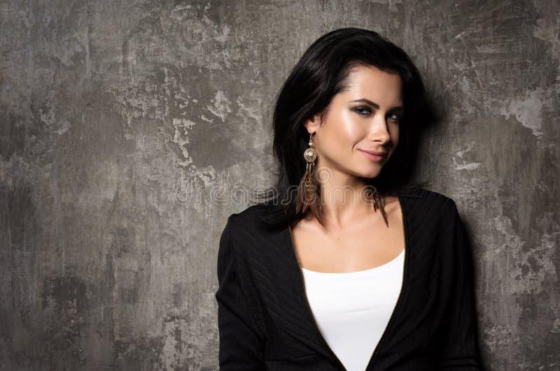 Retrato da mulher bonita nova com cabelo escuro Camiseta preta e t-shirt branco imagens de stock royalty free
