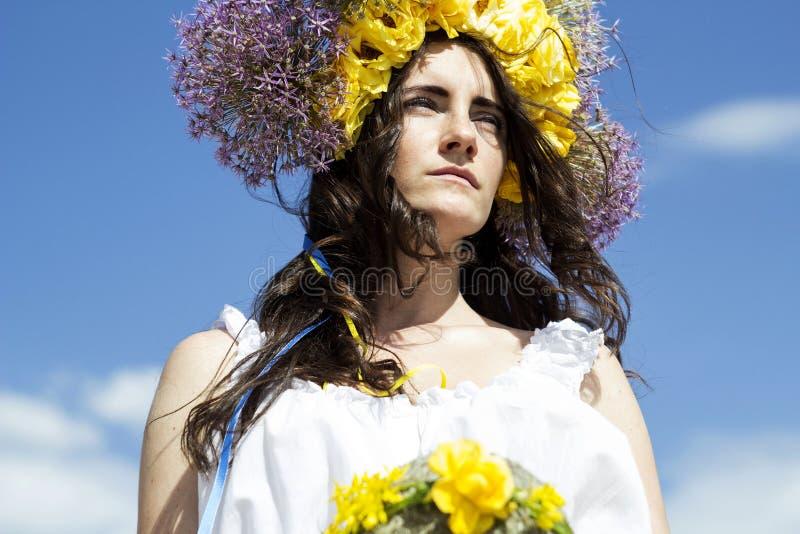 Retrato da mulher bonita nova com circlet das flores na cabeça foto de stock royalty free