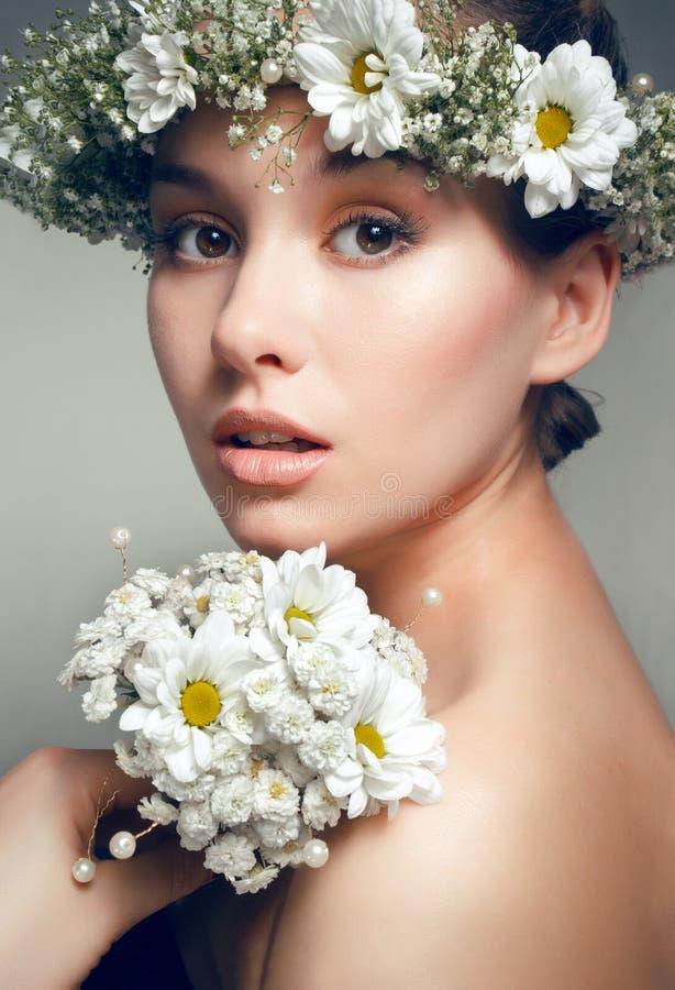 Retrato da mulher bonita nova com flores fotografia de stock