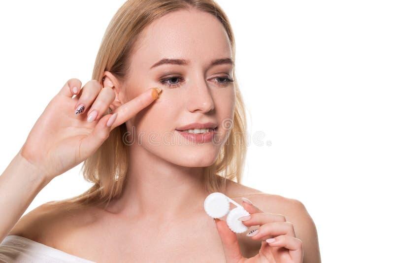 Retrato da mulher bonita nova com a lente de olho natural da composição e do contato à disposição Close-up da terra arrendada mod imagens de stock