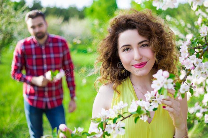 Retrato da mulher bonita nova com seu noivo no jardim imagem de stock royalty free