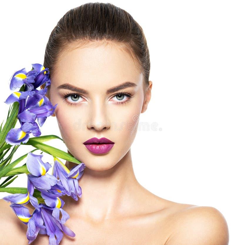 Retrato da mulher bonita nova com uma pele limpa saudável de t foto de stock