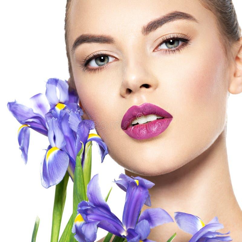 Retrato da mulher bonita nova com uma pele limpa saudável de t fotografia de stock