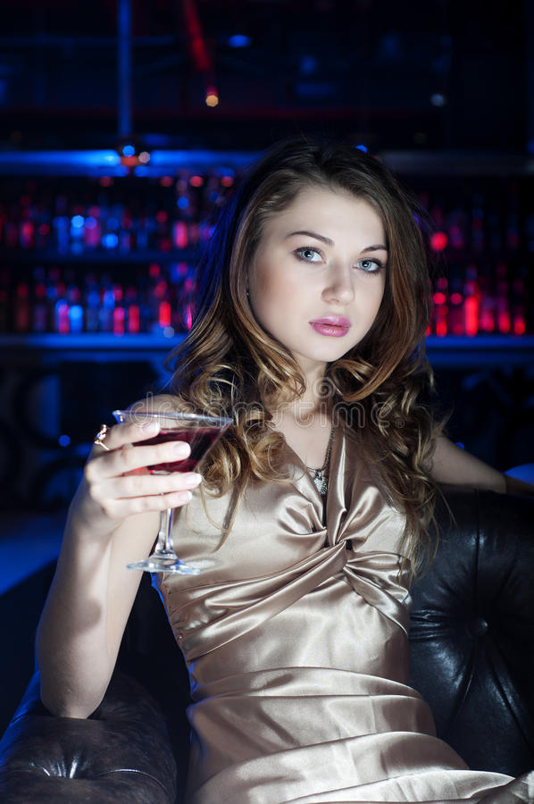 Retrato da mulher bonita nova, descanso na barra fotos de stock