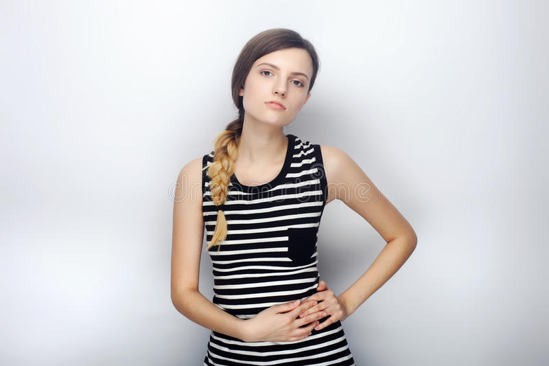 Retrato da mulher bonita nova impertinente na vista insolente da camisa listrada na câmera que levanta para os testes modelo cont imagens de stock