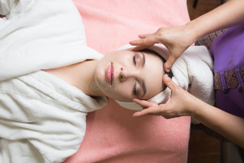 Retrato da mulher bonita nova no ambiente dos termas Olhos fechados Dirija a massagem fotografia de stock