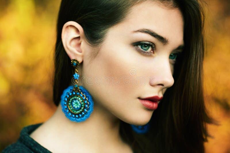 Retrato da mulher bonita nova no parque do outono imagem de stock royalty free