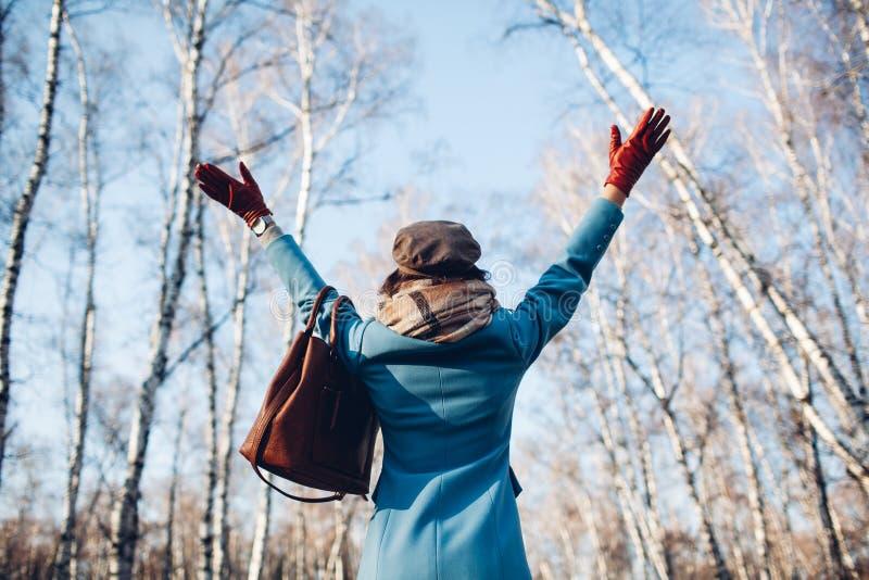 Retrato da mulher bonita nova no revestimento do outono do blye Foto da forma imagens de stock