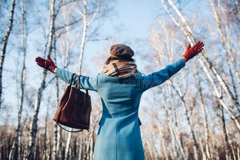 Retrato da mulher bonita nova no revestimento do outono do blye Foto da forma imagens de stock royalty free